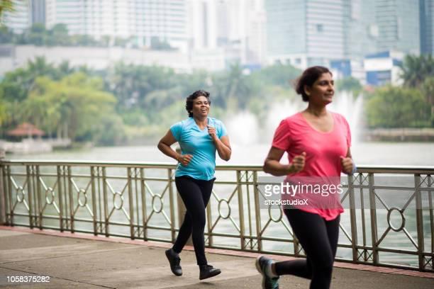 健康的なライフ スタイルを楽しむアクティブ シニア女性