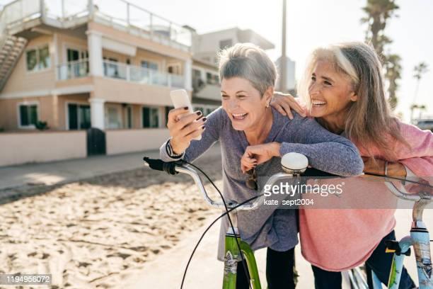 femmes aînées actives appréciant la journée - senior dynamique photos et images de collection