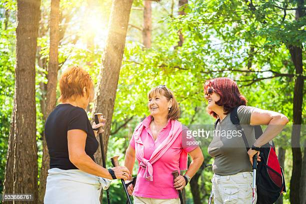 Active senior mujer senderismo en el bosque