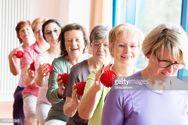 Aktive leitender Frau yoga-Bälle Entspannung