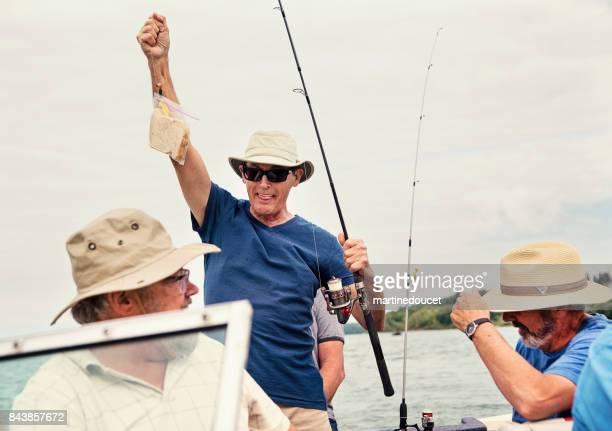 """aktive senioren brüder auf eine angeltour auf einem boot. - """"martine doucet"""" or martinedoucet stock-fotos und bilder"""