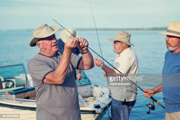 Hermanos mayores activos en un viaje de pesca.