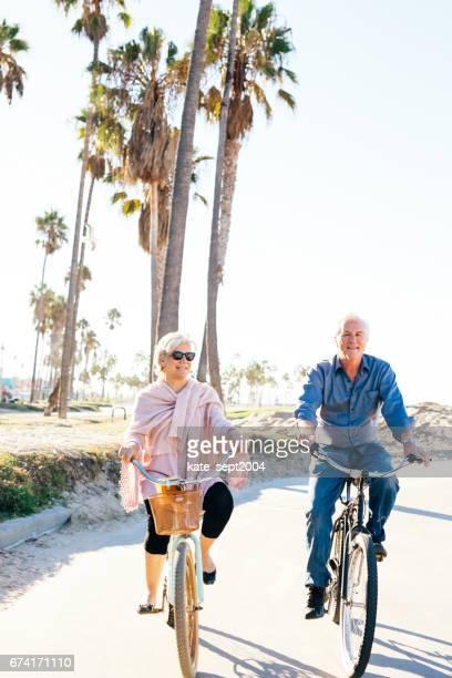 Actieve senioren (echt) paar op fiets
