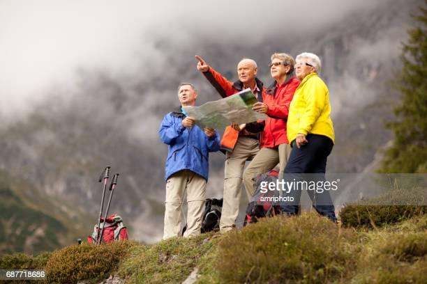 aktive senioren während der wanderung - tourismus stock-fotos und bilder