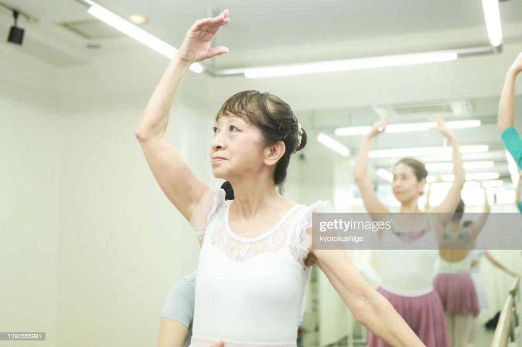 Active seniors enjoying ballet in Asia : ストックフォト