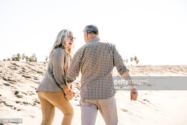 aktive senioren am strand - aktiver lebensstil stock-fotos und bilder