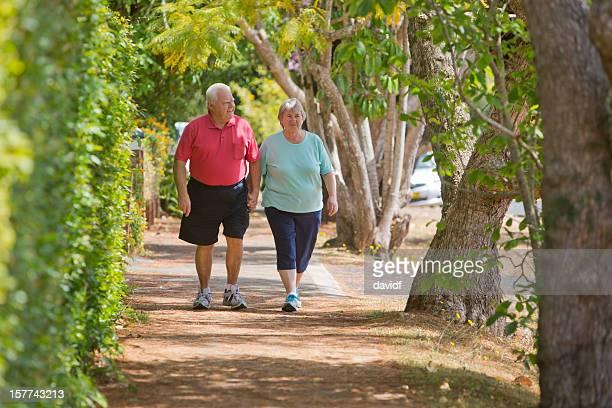 Jubilados caminando y sosteniendo las manos
