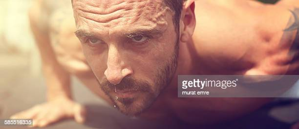 active sports man push-up and sweat pouring - muskel stock-fotos und bilder