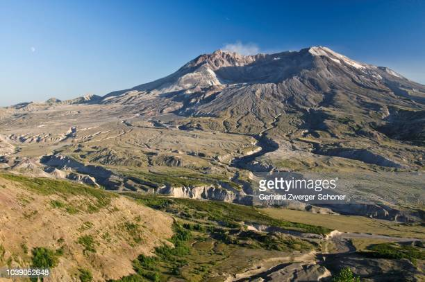 active volcano mount st. helens smoking, national volcanic monument state park, washington, usa - mount st. helens ストックフォトと画像