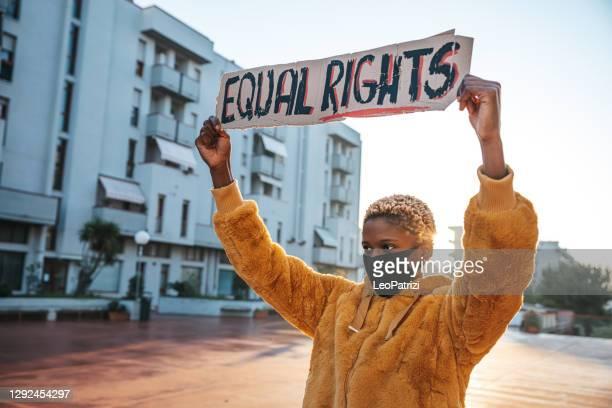 activista por la igualdad de derechos - activista fotografías e imágenes de stock