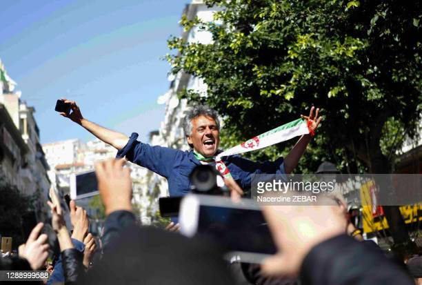 Activiste politique et homme d'affaires algérien Rachid Nekkaz parmi ses supporters le 23 février 2019 devant la mairie d'Alger, Algérie.
