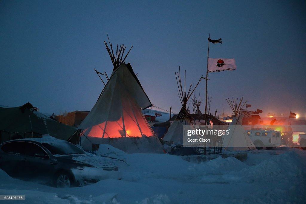 Dakota Pipeline Access Project Protesters Brave Frigid Weather To Continue Encampment : News Photo
