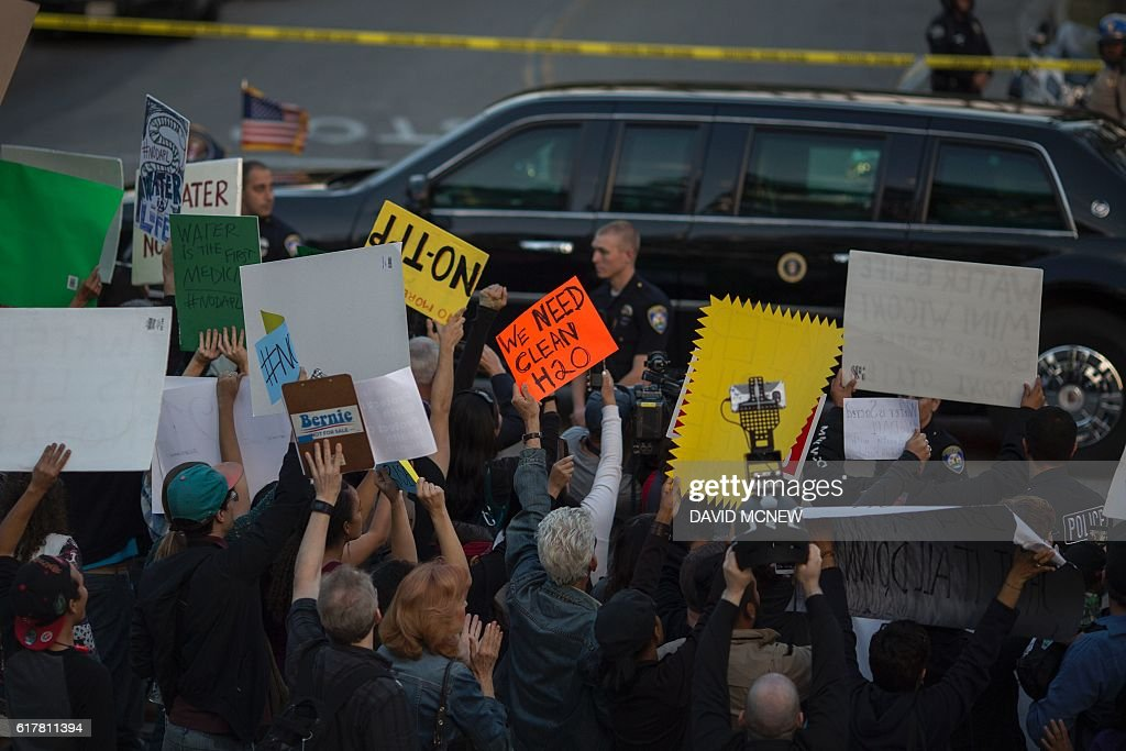 Activists calling for a halt to the Dakota Access Pipeline project protest as the presidential motorcade passes near a Hillary Clinton presidential campaign fundraiser featuring US President Barack Obama, October 24, 2016 in Beverly Hills, California. / AFP / DAVID