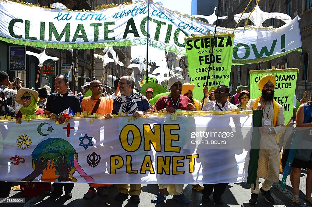 VATICAN-POPE-ANGELUS-CLIMATE-DEMONSTRATION : News Photo