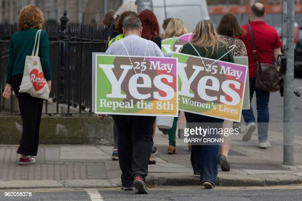Activists from the Yes campaign urging people to vote 'yes' in the referendum to repeal the eighth amendment of the Irish constitution canvas voeters...