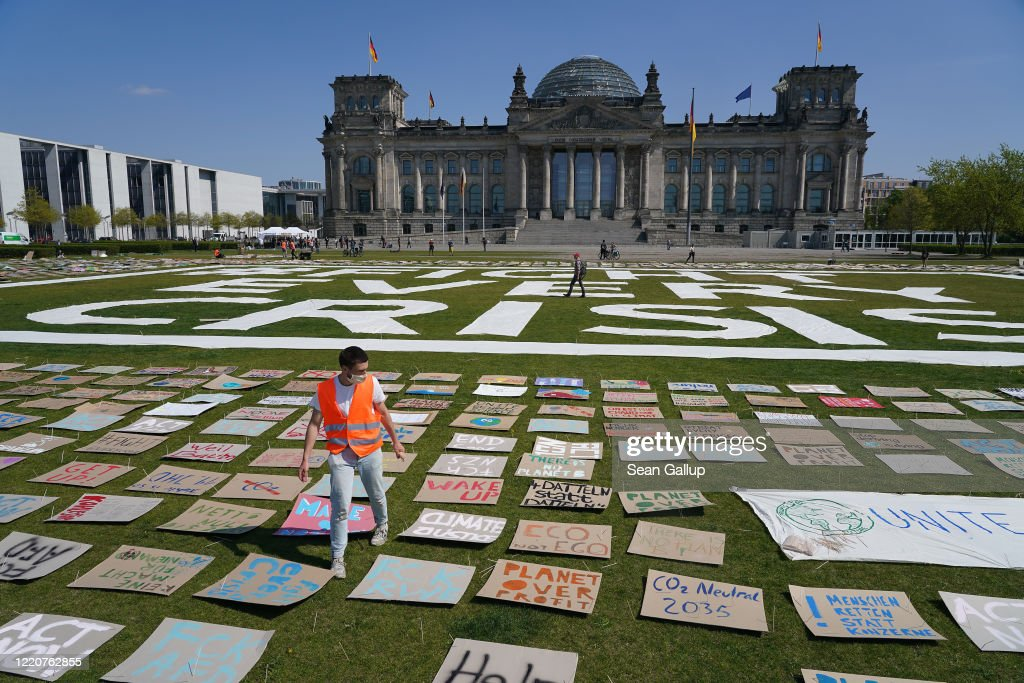 Fridays For Future Holds Protest At Reichstag During The Coronavirus Crisis : Nieuwsfoto's