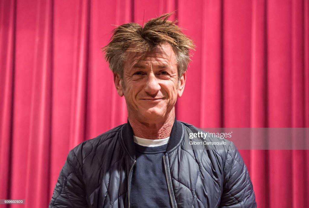 "Sean Penn Discusses His New Book ""Bob Honey Who Just Do Stuff: A Novel"" : News Photo"