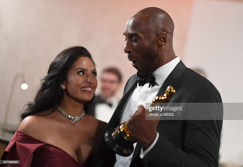 TOPSHOT - US actor and basketball player Kobe Bryant (R) holds an oscar beside his wife Vanessa Laine Bryant during the 90th Annual Academy Awards on March 4, 2018, in Hollywood, California. /