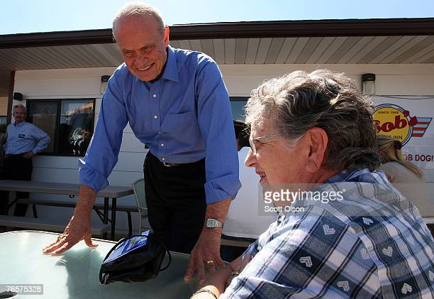 Actor and former US Senator Fred Thompson chats with patron of a diner September 7 2007 in Le Mars Iowa This is Thompson's first campaign trip since...