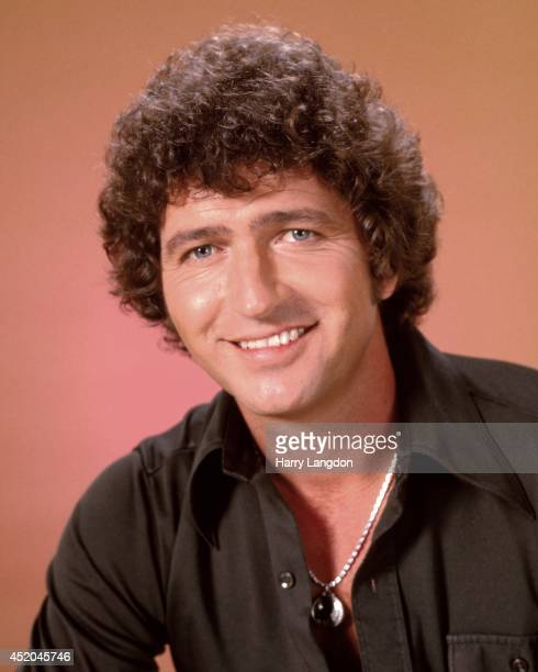 Actor and singer Mac Davis poses for a portrait in 1985 in Los Angeles California