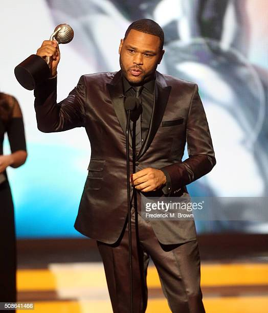 Actor Anthony Anderson accepts award for Outstanding Actor In A Comedy Series for 'blackish' onstage during the 47th NAACP Image Awards presented by...