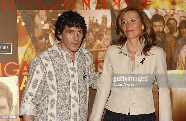 """Actor Antonio Banderas and actress Emma Thompson attend a photocall for """"Imagining Argentina"""" on March 30, 2004 at Hotel Ritz, in Madrid, Spain."""