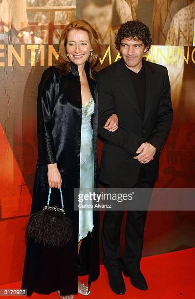 """Actor Antonio Banderas and actress Emma Thompson attend the premiere of """"Imagining Argentina"""" at Palacio de la Musica Cinema on March 30, 2004 in..."""