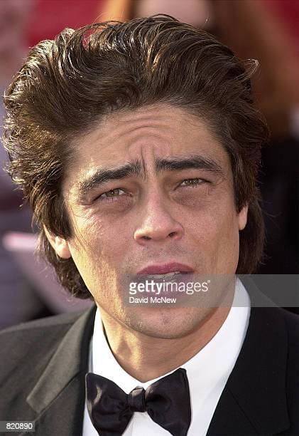 Actor Benicio Del Toro arrives for the 73rd Annual Academy Awards March 25 2001 at the Shrine Auditorium in Los Angeles CA Del Toro is wearing an...