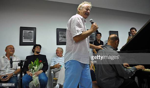 US actor Bill Murray sings the song 'As Time Goes By' of one of his movies as Puerto Rican actor Benicio del Toro receives a Tomas Gutierrez Alea...