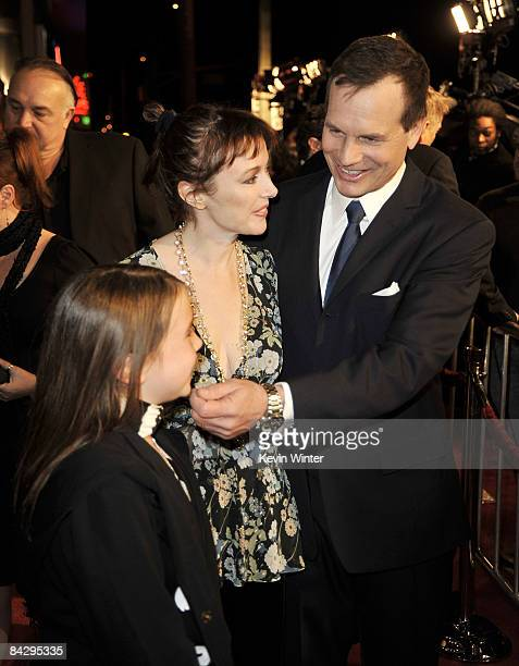 Actor Bill Paxton his wife Louise and daughter Lydia arrive at the premiere of HBO's Big Love 3rd season at the Cinerama Dome on January 14 2009 in...