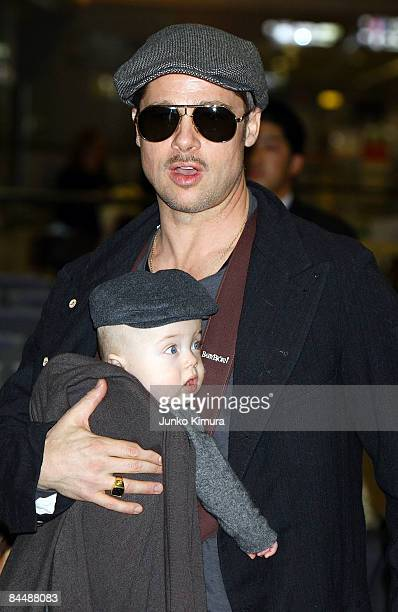 Actor Brad Pitt arrives at Narita International Airport with his child Knox JoliePitt on January 27 2009 in Narita Chiba Japan Brad is visiting Japan...