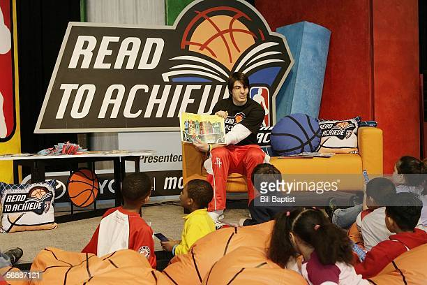 Actor Brandon Routh reads to children as part of the NBA's Read To Achieve program during Jam Session activities on February 19 2006 at the George R...