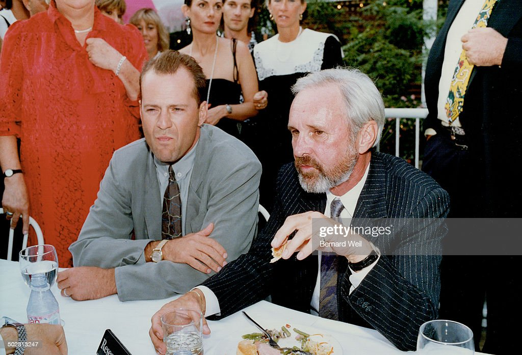 Actor Bruce Willis; left; holds court at the Bellair Cafe in Yorkville with Canadian director Norman : ニュース写真