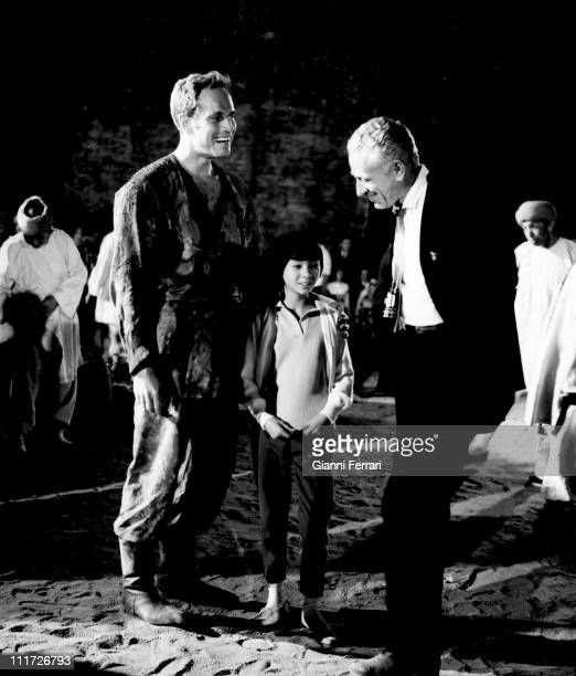 US actor Charlton Heston and Lynne Sue Moon chat with director Nicholas ray on location in Madrid for the movie '55 days of Peking' in 1963 in Madrid...