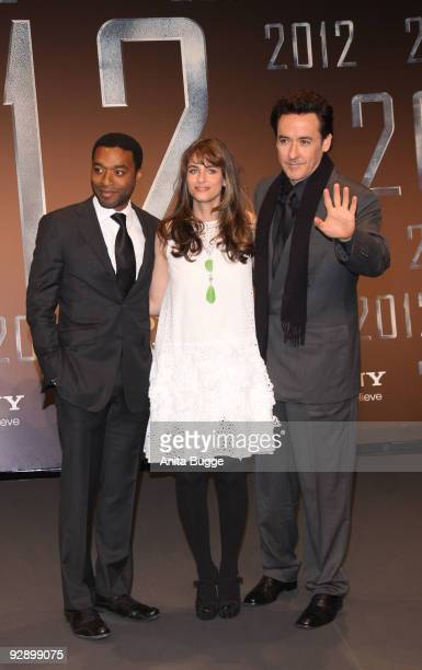 Actor Chiwetel Ejiofor actress Amanda Peet and actor John Cusack attend the '2012' Germany premiere on November 08 2009 in Berlin Germany