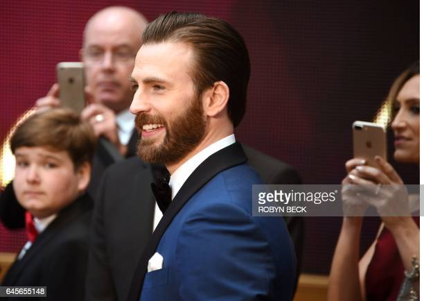 Actor Chris Evans arrives on the red carpet for the 89th Oscars on February 26, 2017 in Hollywood, California. / AFP / Robyn BECK