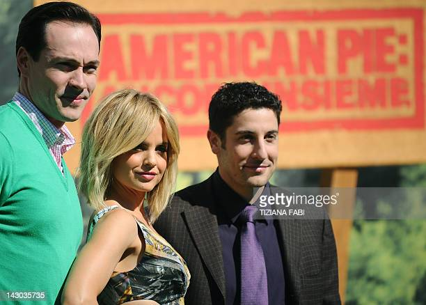 US actor Chris Klein US actress Mena Suvari and US actor Jason Biggs pose during a photocall of the film American Pieancora insieme on April 18 2012...