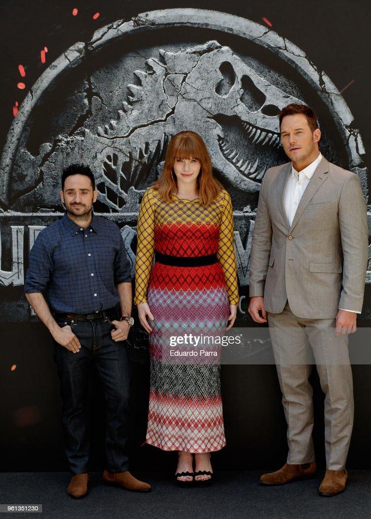 ¿Cuánto mide Juan Antonio J.A Bayona?  - Altura - Real height Actor-chris-pratt-director-juan-antonio-bayona-and-actress-bryce-picture-id961351230