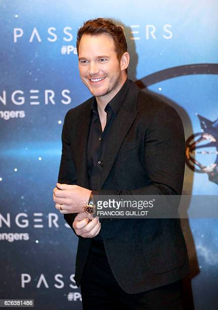 """Actor Chris Pratt poses during the photocall for his lastest film """"Passengers"""" in Paris on November 29, 2016. / AFP / FRANCOIS GUILLOT"""