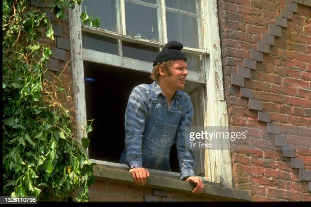Actor Christopher Fairbank in character as Albert Moxey in comedy drama series Auf Wiedersehen, Pet, circa 1986.