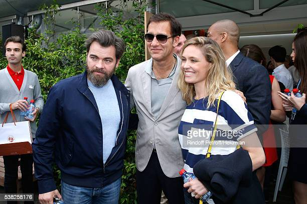Actor Clive Owen standing between Actors Clovis Cornillac and his wife Lilou Fogli attend Day Fifteen Men single's Final of the 2016 French Tennis...