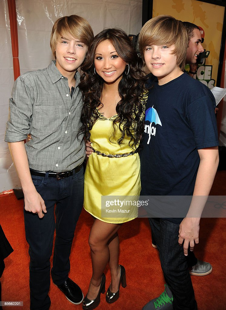 ¿Cuánto mide Brenda Song? - Real height Actor-cole-sprouse-actress-brenda-song-and-actor-dylan-sprouse-arrive-picture-id85682201