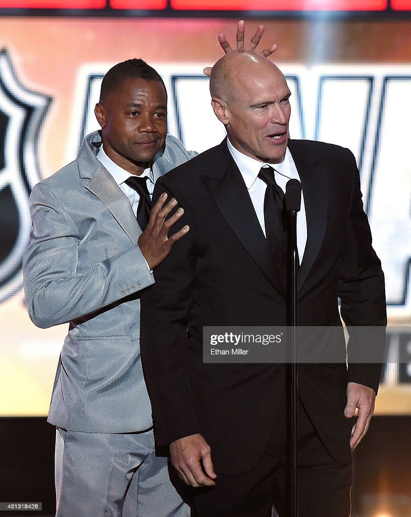 Actor Cuba Gooding Jr. (L) jokes around with former NHL player Mark Messier during the 2014 NHL Awards at the Encore Theater at Wynn Las Vegas on June 24, 2014 in Las Vegas, Nevada.