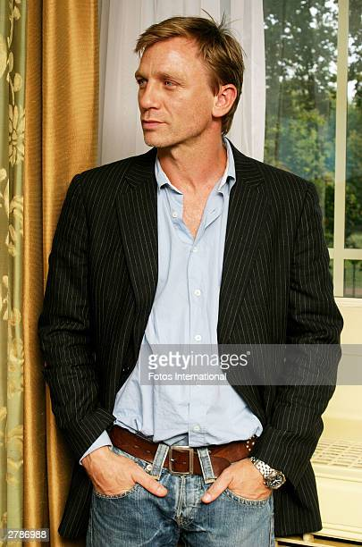 OUT*** Actor Daniel Craig poses at a press junket for his new film Sylvia at the Dorchester Hotel October 13 2003 in London England