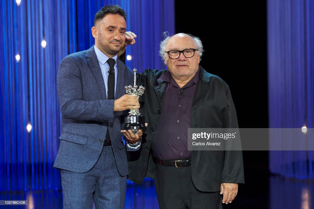 ¿Cuánto mide Juan Antonio J.A Bayona?  - Altura - Real height - Página 2 Actor-danny-devito-receives-from-director-juan-antonio-bayona-the-picture-id1037862426