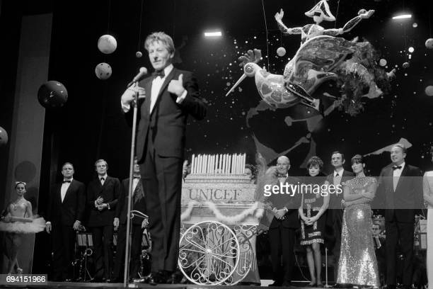 US Actor Danny Kaye gives a speech during the UNICEF gala at the Alhambra in Paris on November 26 1966 Backgroup US actor Marlon Brando FrenchUS...