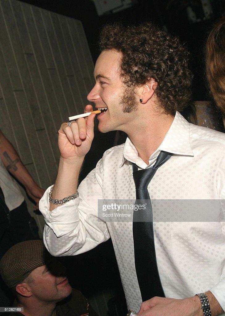 Danny Masterson raucht einer Zigarette (oder Cannabis)