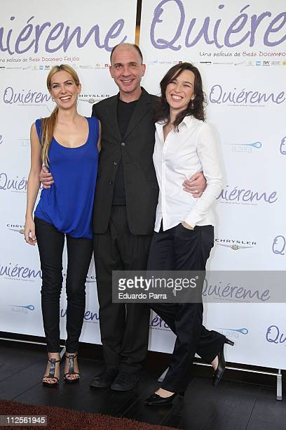 Actor Dario Grandinetti with actress Kira Miro and actress Ariadna Gil attend a press photocall of the film Quiereme October 17 2007 in Madrid Spain