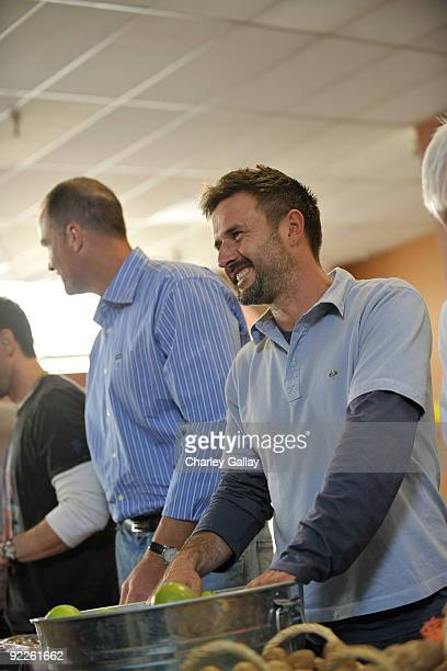 Actor David Arquette passes out food to residents of Tenderloin district at the Feeding America Food Bank on October 22 2009 in San Francisco...