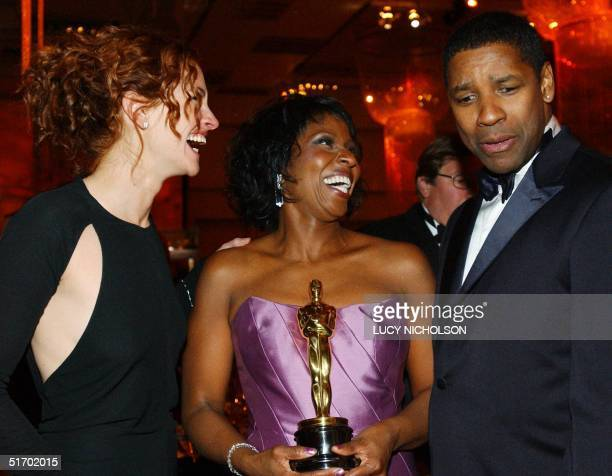 US actor Denzel Washington and his wife Pauletta Pearson chat with presenter actress Julia Roberts at the Governors' Ball after the 74th Annual...